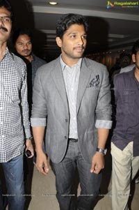 Allu Arjun inagurates Ramakanth Art Exhibition