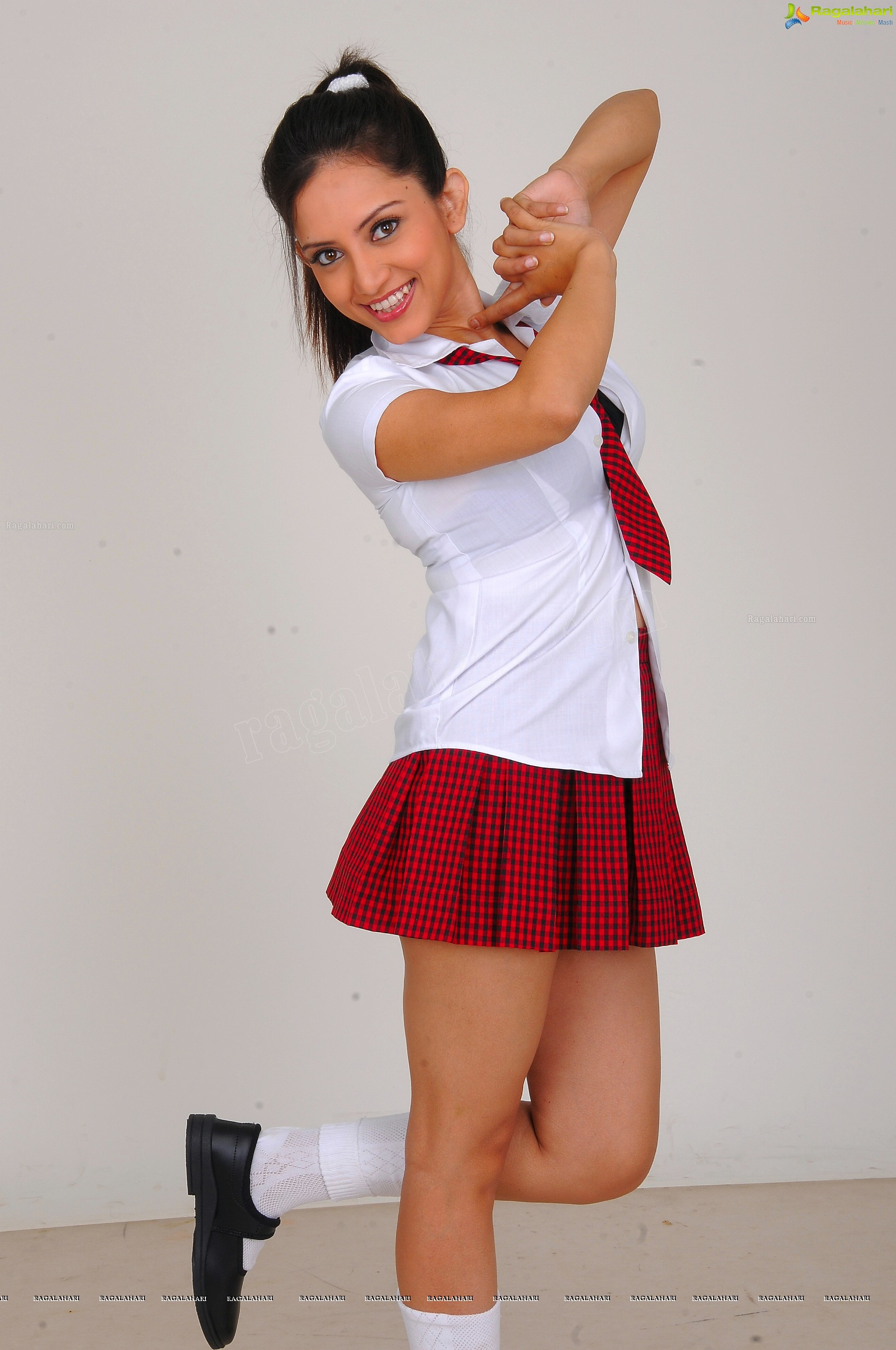 http://img.raagalahari.com/june2013/hd/telugu-heroine-leesa/telugu-heroine-leesa46.jpg
