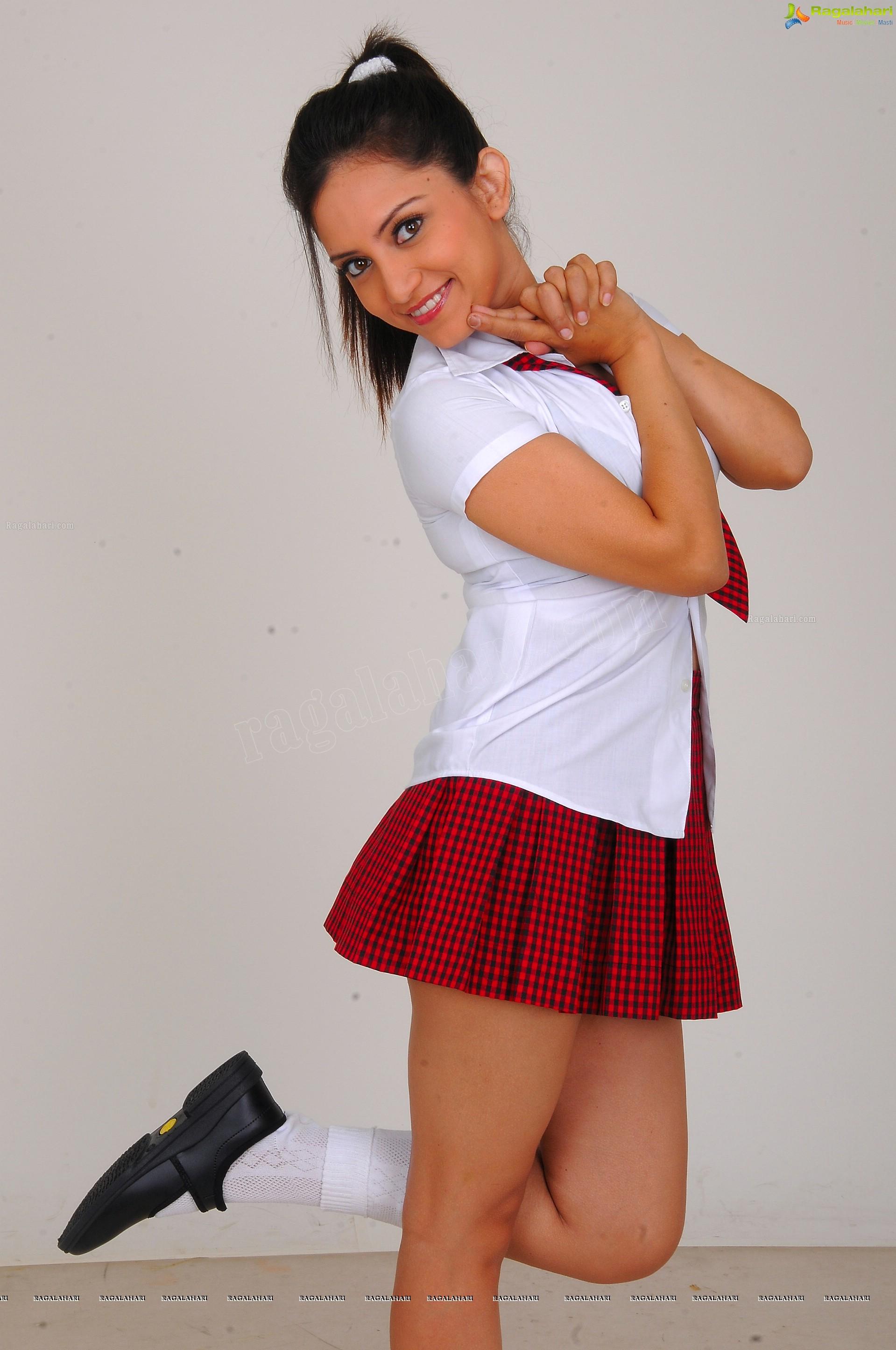 http://img.raagalahari.com/june2013/hd/telugu-heroine-leesa/telugu-heroine-leesa47.jpg