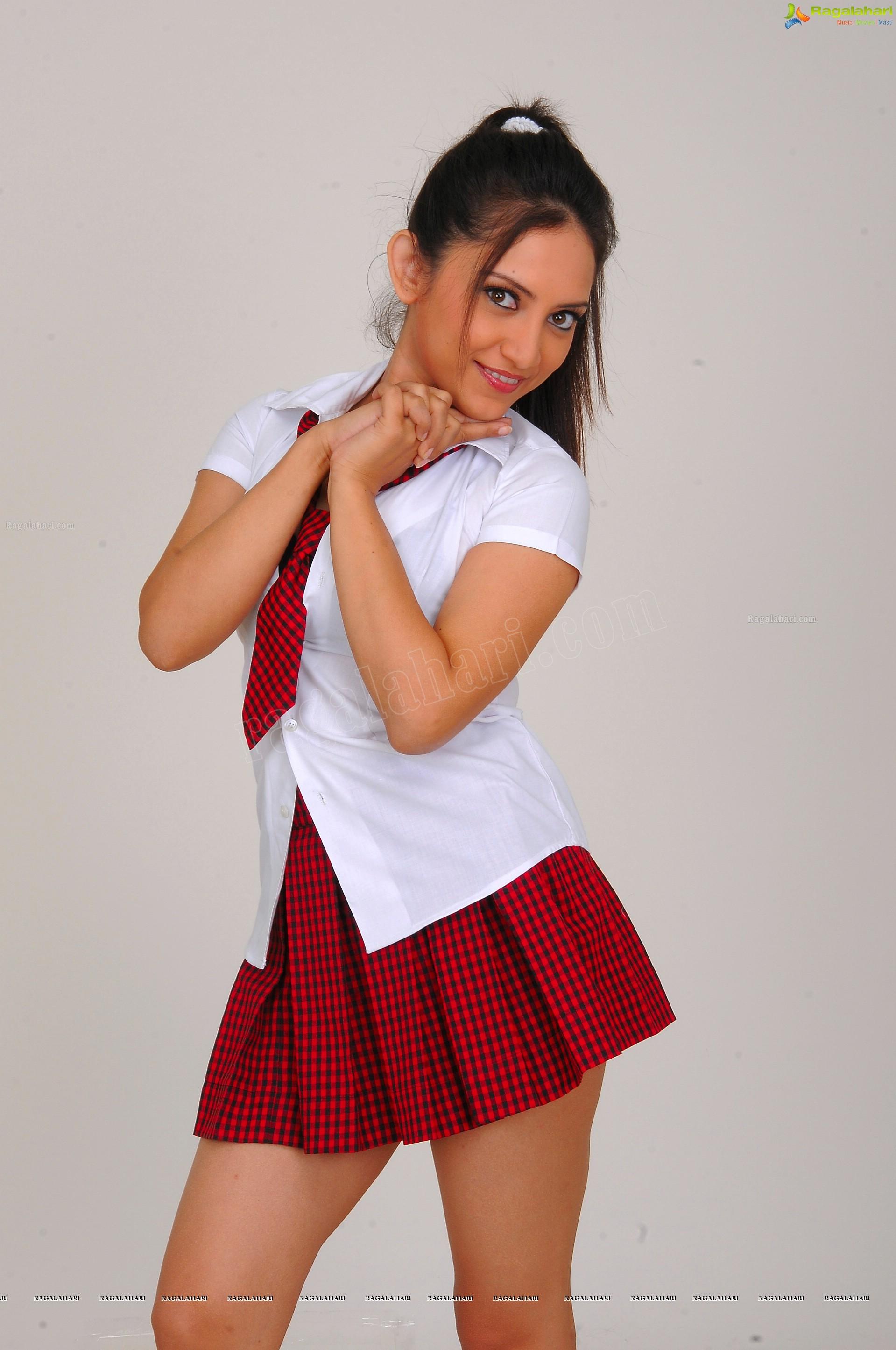 http://img.raagalahari.com/june2013/hd/telugu-heroine-leesa/telugu-heroine-leesa49.jpg