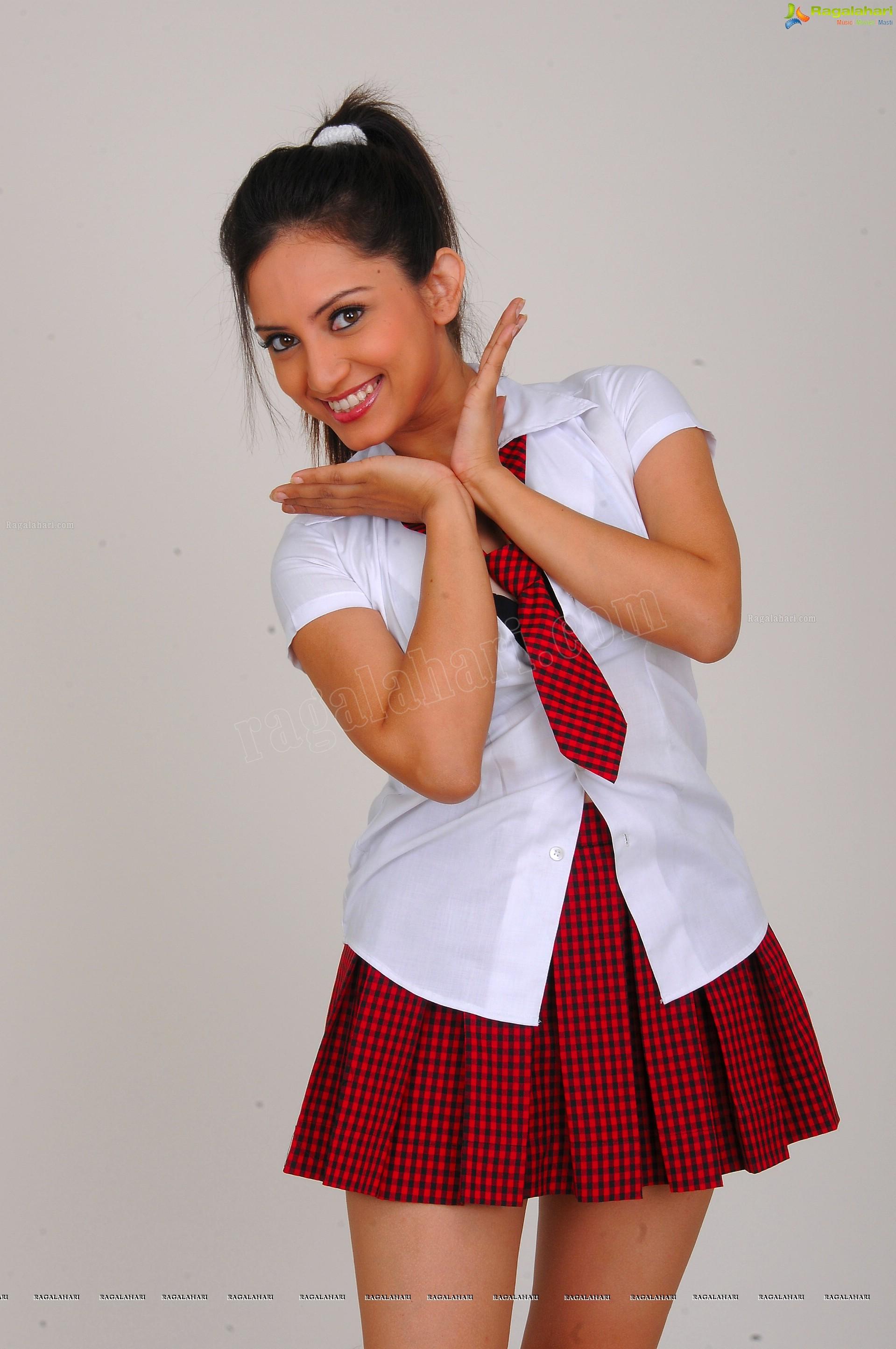 http://img.raagalahari.com/june2013/hd/telugu-heroine-leesa/telugu-heroine-leesa50.jpg