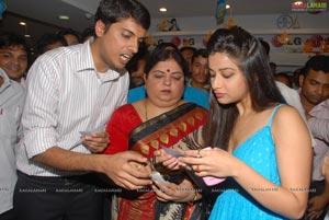 Madhurima @ Bajaj Electronics Bumper Draw